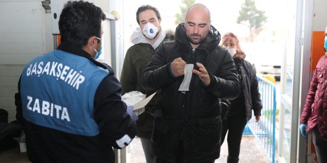 Vatandaşlara ve pazar esnafına ücretsiz maske dağıtıldı