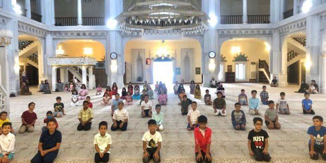 Kur'an dersi alan öğrencilere çeşitli hediyeler verildi